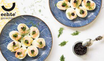 Gevulde eieren op zijn Zweeds met garnalen, dille en (nep) kaviaar