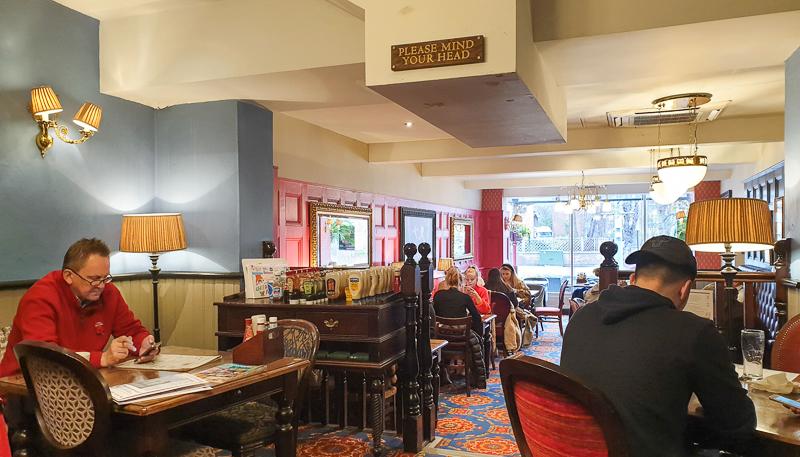 Binnen bij Wetherspoon pub Sir MichaelBalcon in Londen