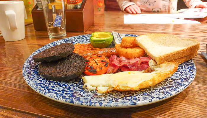 Engels ontbijt bij Wetherspoon Sir Michael in Londen
