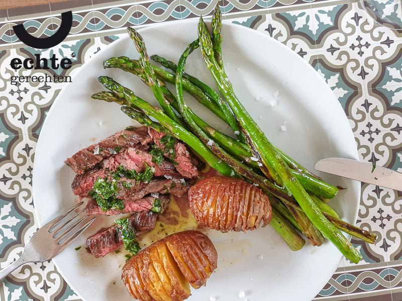Bavette met salsa verde, groene asperges en Hasselback aardappels.