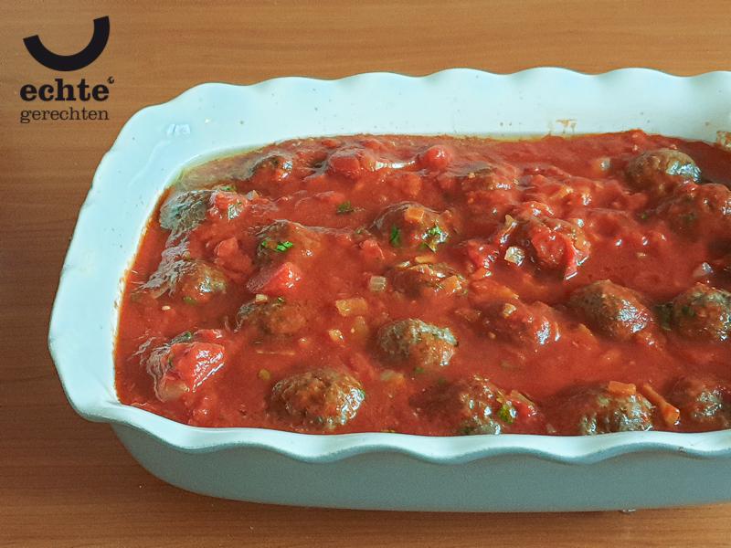 Deze schaal met Libanese gehaktballetjes in tomatensaus kan de oven in